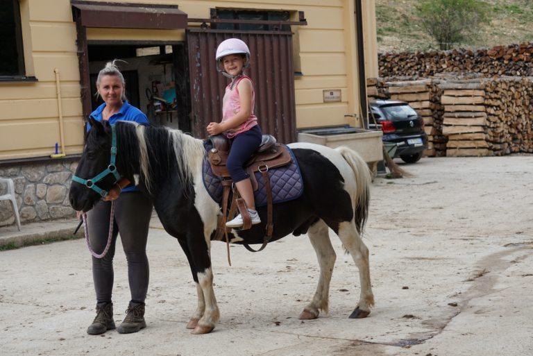 Bimba con pony